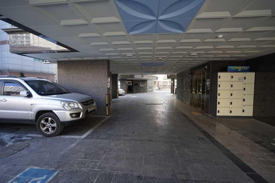 Hogyan oldható meg a reptéri parkolás Vecsésen?